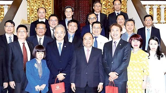 Thủ tướng Nguyễn Xuân Phúc và đoàn đại biểu Hiệp hội các nhà sản xuất Singapore. Ảnh: TTXVN