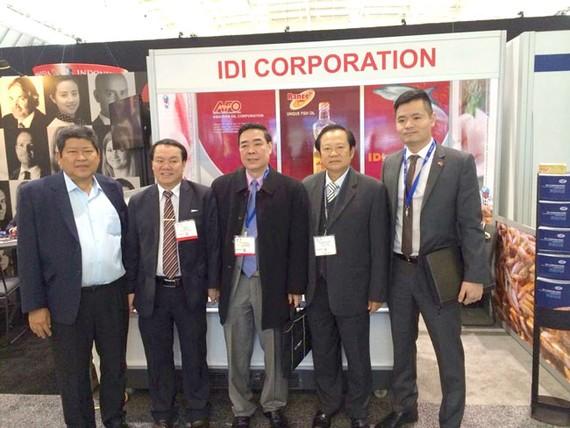 Ông Lê Thanh Thuấn - Chủ tịch Tập đoàn Sao Mai chụp ảnh lưu niệm với các đối tác tại Hội chợ.