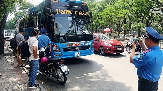 Thanh tra giao thông ghi hình xe khách vi phạm trên đường Phạm Ngũ Lão (quận 1) để xử lý