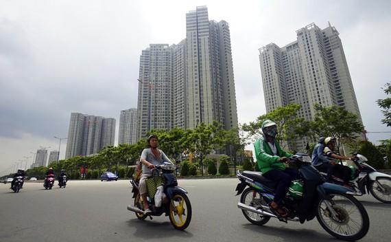 Theo đề xuất của Bộ Tài chính, căn hộ chung cư sẽ phải cõng cả thuế nhà và thuế đất. Trong ảnh: các dự án bất động sản đang được xây dựng dọc xa lộ Hà Nội đoạn qua Q.2, TP.HCM - Ảnh: QUANG ĐỊNH