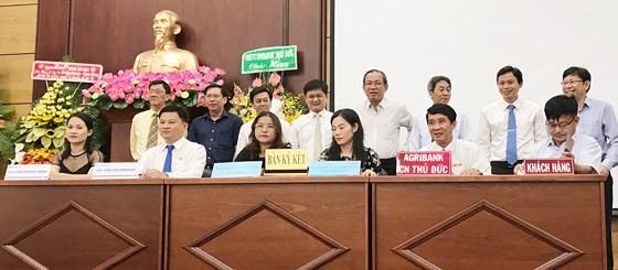 Lãnh đạo Ngân hàng Nhà nước Việt Nam - Chi nhánh TPHCM và Quận ủy, UBND quận Thủ Đức chứng kiến việc ký kết hỗ trợ doanh nghiệp vay vốn ưu đãi. Ảnh: KIỀU PHONG