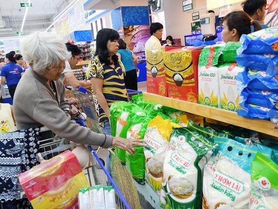 Khách hàng chọn mua các mặt hàng nông sản thực phẩm tại siêu thị. (Ảnh: Mỹ Phương/TTXVN)