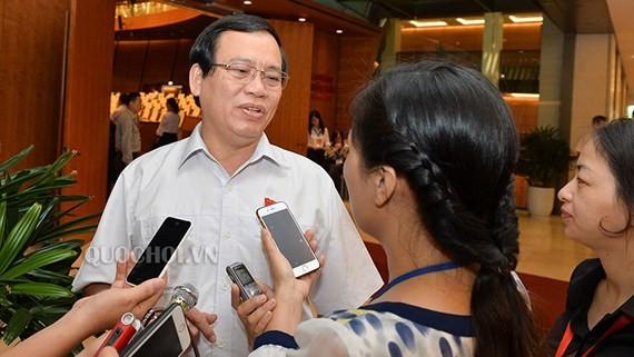Đại biểu Vũ Trọng Kim (Hải Dương), trả lời phỏng vấn của báo chí sáng 8-6