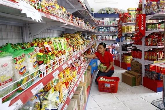 Khách hàng lựa chọn mua lương thực tại cửa hàng tiện ích. (Ảnh: Đình Huệ/TTXVN)
