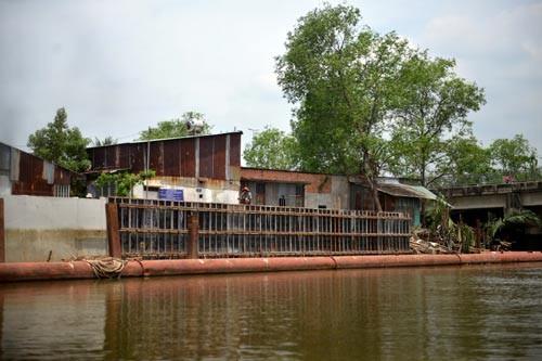 Tại huyện Nhà Bè, TP HCM, nhiều công trình chống sạt lở ở những nơi đặc biệt nguy hiểm vẫn đang dang dở do chưa có mặt bằng