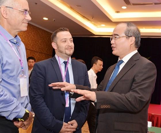 Bí thư Thành ủy TPHCM Nguyễn Thiện Nhân trao đổi cũng các diễn giả, doanh nghiệp tại Diễn đàn Kết nối Startup Việt trong và ngoài nước . Ảnh: VIỆT DŨNG