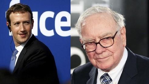 Tỷ phú Mark Zuckerberg (trái) và tỷ phú Warren Buffett. (Ảnh: Bloomberg).