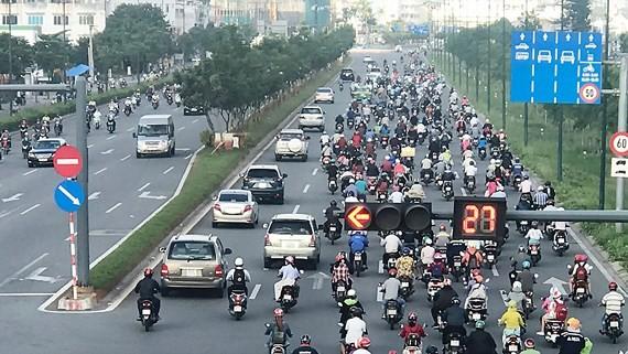 Vào giờ cao điểm, trên đường Phạm Văn Đồng, xe gắn máy tràn lấn qua 3 làn đường dành cho ô tô