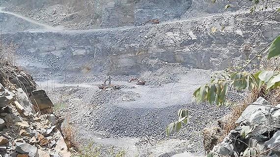 Hiện trường khai thác ở một cụm mỏ đá Dĩ An