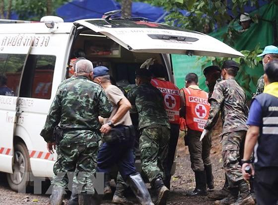 Nhân viên cứu hộ chuyển các thành viên đội bóng nhí lên xe cứu thương sau khi được cứu khỏi hang Tham Luang. Nguồn: EPA