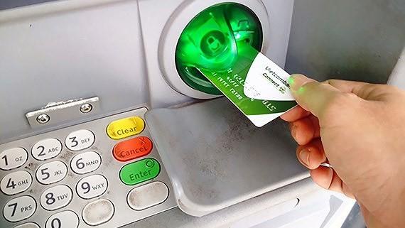 """NHNN """"thổi còi"""" vụ tăng phí rút tiền nội mạng ATM"""