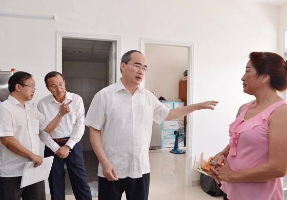 Bí thư Thành ủy TPHCM Nguyễn Thiện Nhân thăm hỏi người dân Thủ Thiêm đồng ý lên ở khu chung cư tái định cư. Ảnh: VIỆT DŨNG