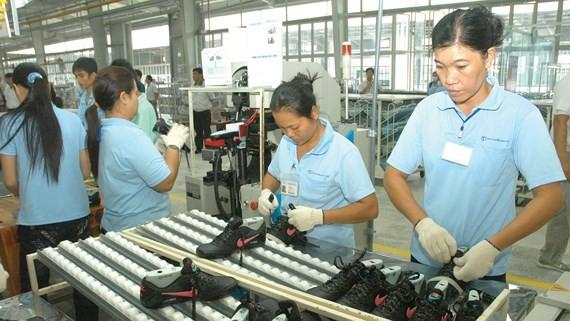 Doanh nghiệp Việt sản xuất giày da xuất khẩu sang Mỹ. Ảnh: CAO THĂNG
