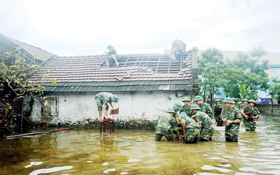Bộ đội Biên phòng Hà Tĩnh giúp người dân ở xã Xuân Phổ lợp lại mái nhà
