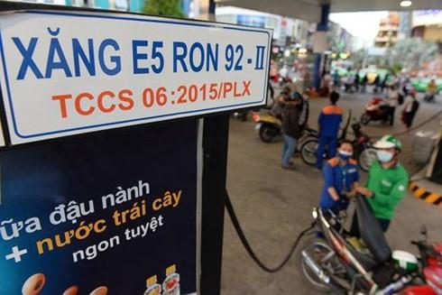 Sản lượng xăng E5-RON 92 tiêu thụ còn thấp so với tổng sản lượng xăng bán trên thị trường. (Ảnh minh họa: KT).