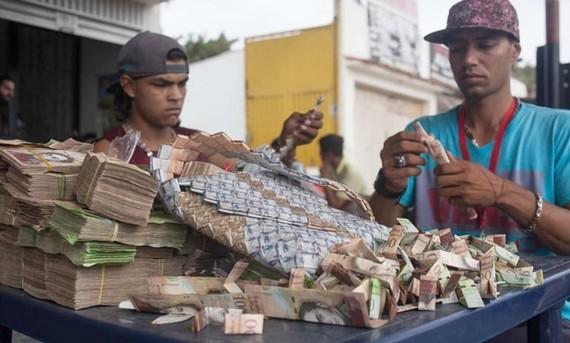 Một số người Venezuela tìm cách sử dụng những đồng tiền mất giá, mà giờ đây chỉ là giấy. ẢNH: NurPhoto/NurPhoto via Getty Images