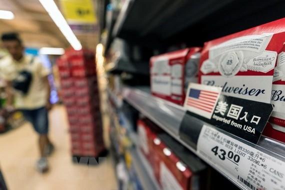 Hàng hóa nhập khẩu từ Mỹ được bày bán tại một cửa hàng ở Quảng Đông, Trung Quốc. (Nguồn: EPA-EFE/TTXVN)