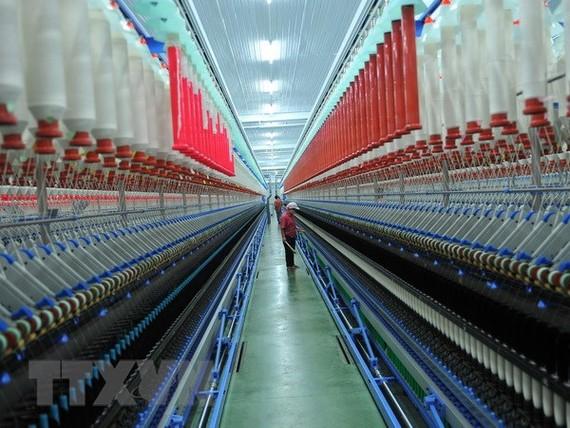Dây chuyền sản xuất tại Công ty sợi Lam Giang. (Ảnh minh họa: Minh Đức/TTXVN)