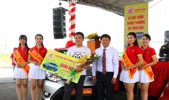 Ông Trương Vĩnh Thành - PhóTGĐ Tập đoàn Sao Mai trao giải nhất cho anh Lại Nguyễn Hải Sơn (đại diện khách hàng Nguyễn Thị Hường) trúng giải