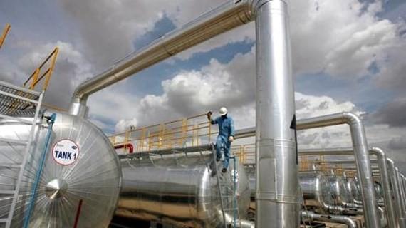 Lo ngại các biện pháp trừng phạt của Mỹ với Iran, giá dầu thế giới tăng trở lại. Ảnh: Reuters