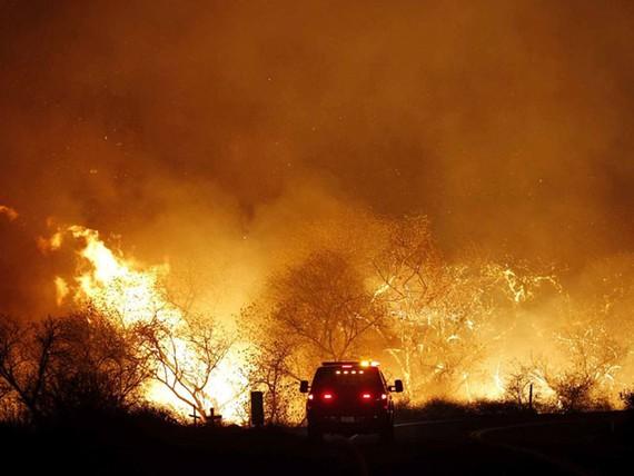 Đám cháy dọc theo đường West Lilac gần Bonsall