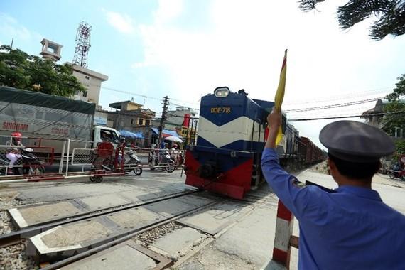 Đường sắt vẫn còn khoảng 4.200 lối đi tự mở tiềm ẩn tai nạn giao thông. (Ảnh: TTXVN)