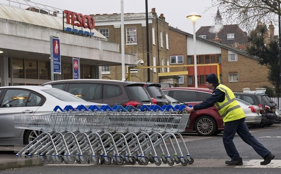 Công nhân làm việc tại London, Anh ngày 9/1. (Nguồn: AFP/TTXVN)