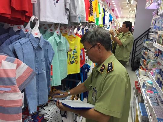 Cơ quan chức năng gồm nhiều lực lượng đã đồng loạt kiểm tra hệ thống cửa hàng Con Cưng, tạm giữ hàng chục ngàn đơn vị sản phẩm Ảnh: NGUYỄN HẢI