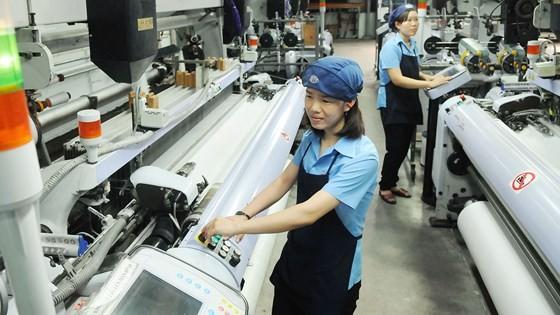 Dệt xuất khẩu tại doanh nghiệp Việt trong KCN Vĩnh Lộc. Ảnh: CAO THĂNG
