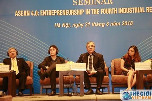 Các diễn giả tham gia phiên Thảo luận ASEAN 4.0: Tinh thần doanh nghiệp trong thời đại cách mạng công nghiệp 4.0. (Ảnh: Thế giới & Việt Nam).