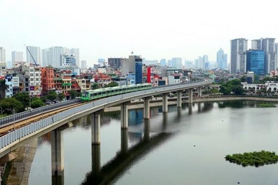 Đoàn tàu Cát Linh-Hà Đông chạy thử qua đoạn hồ Hoàng Cầu. (Ảnh: Huy Hùng/TTXVN)
