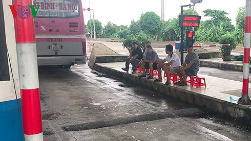 Nhiều lái xe tụ tập trước trụ sở Bộ GTVT phản đối BOT Mỹ Lộc 