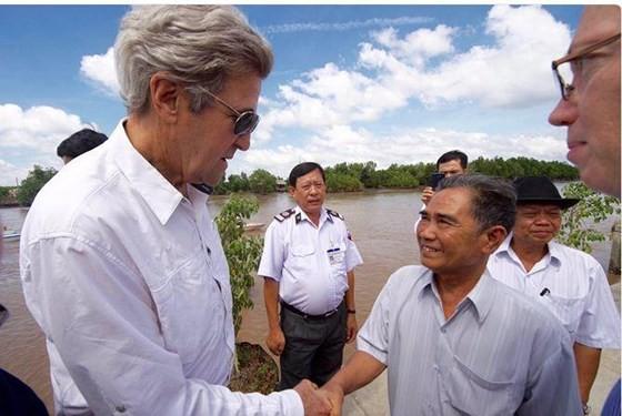Ông John Kerry trong một lần trở lại Việt Nam