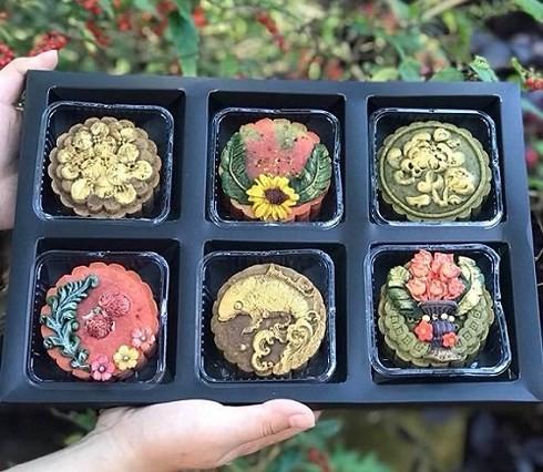 Nhiều loại bánh handmade được trang trí cầu kì, bắt mắt, thích hợp để đem biếu, tặng