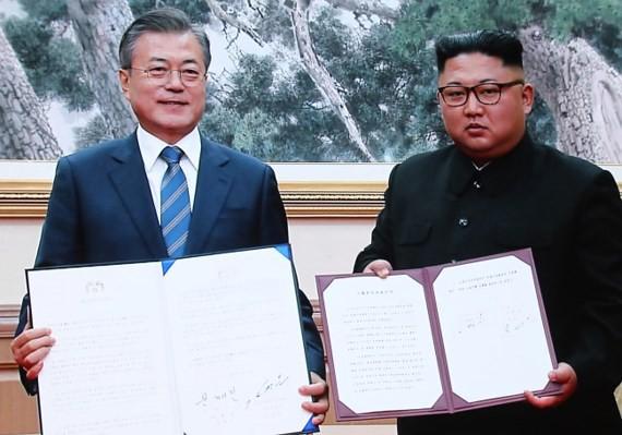 Tổng thống Hàn Quốc Moon Jae In và lãnh đạo Triều Tiên Kim Jong Un ký thỏa thuận tại Bình Nhưỡng hôm 19-9. Ảnh: YONHAP