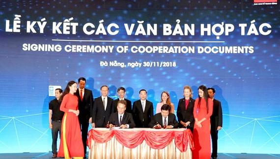 Phó Tổng Giám đốc Tập đoàn VNPT Huỳnh Quang Liêm và ông Pontus Appelqvist, Phó Tổng Giám đốc khu vực Châu Á, công ty EON Reality ký kết biên bản ghi nhớ hợp tác.