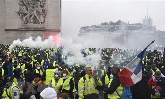Pháp chính thức hoãn tăng thuế