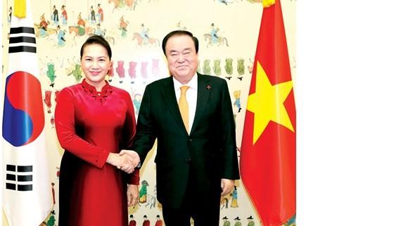 Chủ tịch Quốc hội Hàn Quốc Moon Hee-sang đón Chủ tịch Quốc hội Nguyễn Thị Kim Ngân tại Trụ sở Quốc hội Hàn Quốc ở Thủ đô Seoul