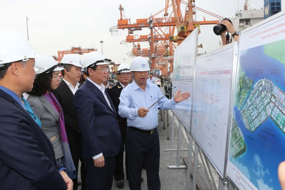 Phó Thủ tướng thăm cảng Tân Vũ của Tổng công ty Hàng hải Việt Nam. Ảnh: VGP/Thành Chung