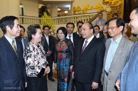 Thủ tướng nói chuyện với các đại biểu Hội Quy hoạch phát triển đô thị Việt Nam. Ảnh: VGP/Quang Hiếu