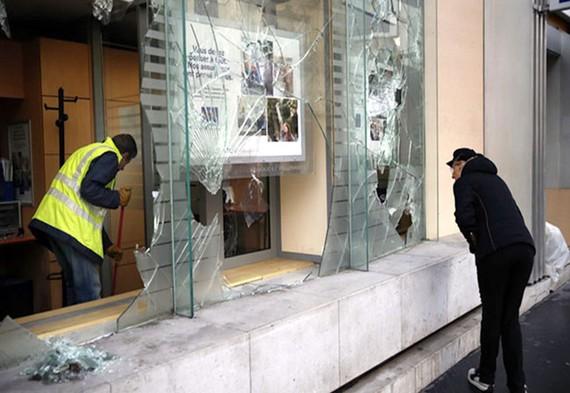 Người dân Paris dọn dẹp sau cuộc biểu tình