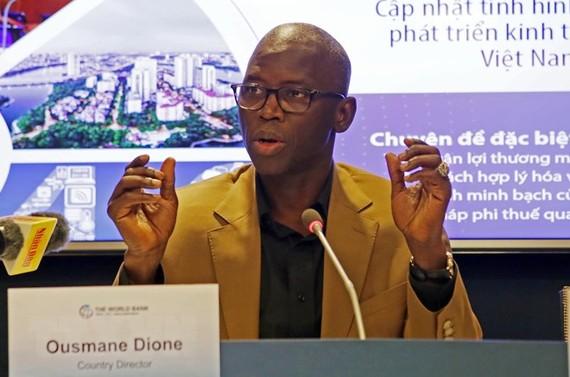Giám đốc quốc gia WB tại Việt Nam Ousmane Dione trả lời phỏng vấn báo chí tại lễ công bố. (Ảnh: Trần Việt/TTXVN)
