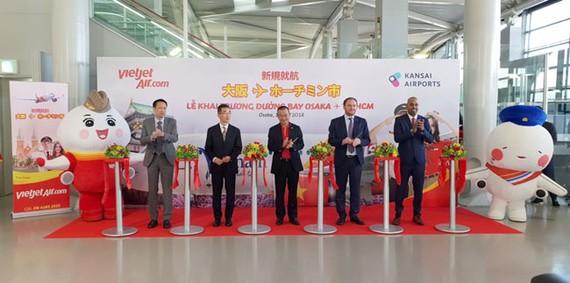 Giám đốc điều hành Lưu Đức Khánh và Phó Tổng giám đốc Nguyễn Thanh Sơn thực hiện nghi thức khai trương đường bay mới TPHCM – Osaka