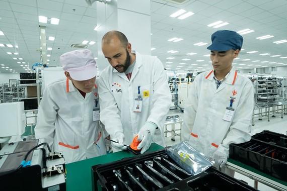 Các chuyên gia BQ làm việc tại nhà máy Vsmart