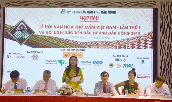 Bà Tôn Thị Ngọc Hạnh, Phó Chủ tịch UBND tỉnh Đắk Nông thông tin với báo giới Lễ hội văn hóa thổ cẩm Việt Nam lần thứ nhất.