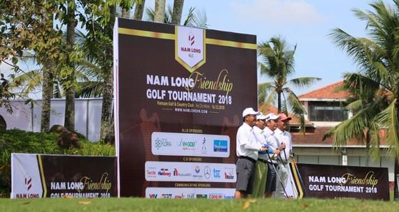 Ông Nguyễn Xuân Quang  trao giải cho golf thủ.