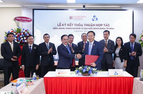 PGS.TS Mai Thanh Phong, Hiệu trưởng Trường Đại học Bách khoa TPHCM và ông Lê Chí Trung - Tổng Giám đốc Hưng Thịnh Incons cùng đại diện 2 đơn vị thực hiện nghi thức ký kết hợp tác.