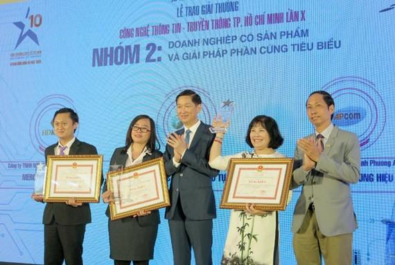 Lãnh đạo UBND TPHCM trao Bằng khen cho hạng mục Giải thưởng cho DN có sản phẩm và giải pháp phần cứng tiêu biểu.