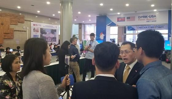 Một nhóm phóng viên nước ngoài thảo luận tại Trung tâm Báo chí quốc tế (IMC) sau khi kết thúc cuộc họp báo của Tổng thống Mỹ Donald Trump trong chiều 28-2. Ảnh T.B.
