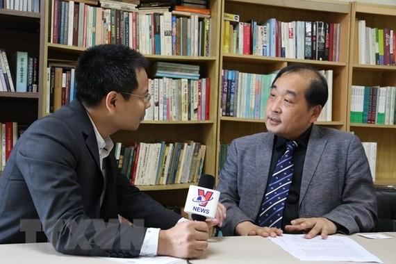 Giáo sư-Tiến sỹ quan hệ quốc tế Lee Woong-Hyeon (phải), Chủ tịch Viện Nghiên cứu Địa chính trị Hàn Quốc, Giảng viên trường Đại học Hàn Quốc trả lời phỏng vấn phòng viên TTXVN. (Nguồn: TTXVN)